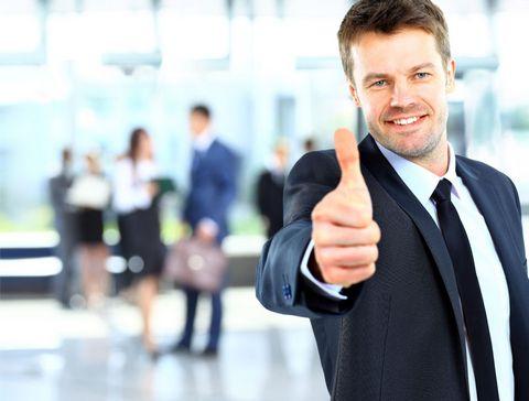 竖起大拇指的商业男性图片