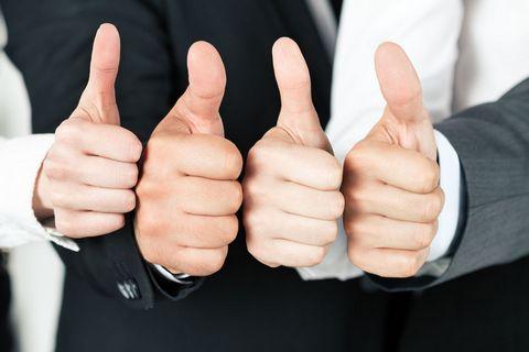 竖大拇指的商务人士图片