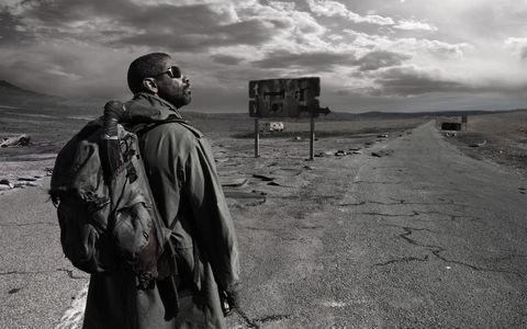 背着包的黑人男性