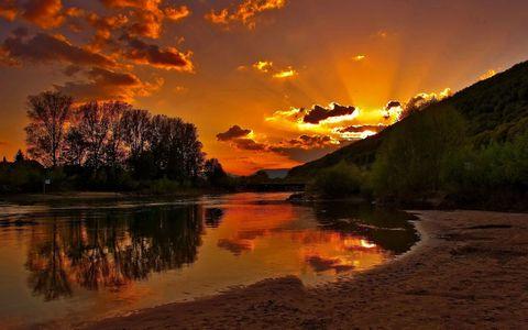 黄昏河流风景壁纸
