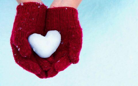 双手捧着的爱心雪团