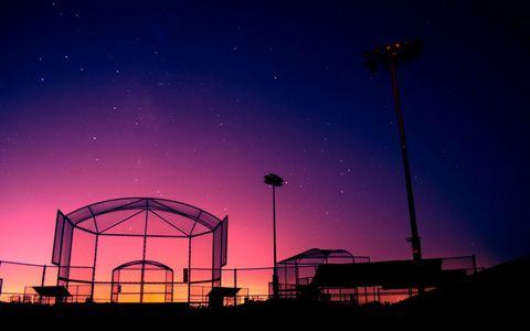 垒球笼夜晚风景