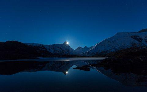 雪山湖泊夜晚风景