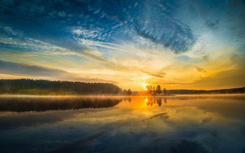 唯美的湖泊夕阳风景