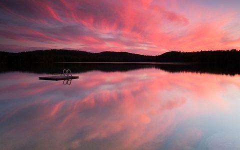 湖面彩霞风景