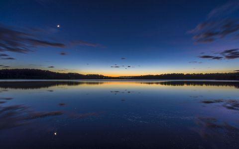 湖面夜晚风景