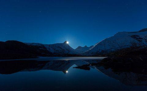 山脉湖泊夜晚风景