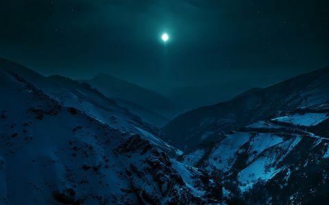 美丽山脉夜晚风景