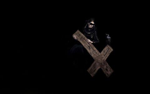 抱着十字架的女人