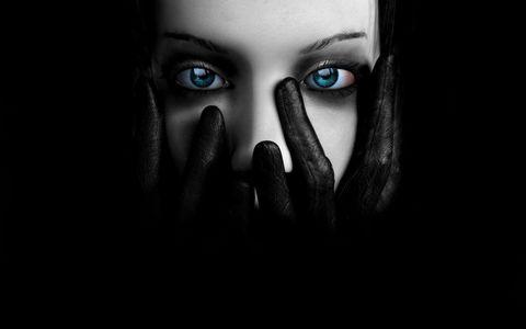 双手捂嘴的美女