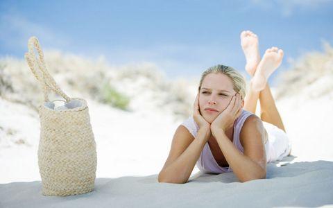 趴在沙滩上的美女