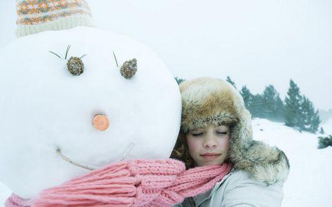 抱着雪人的美女