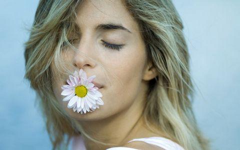 嘴含着鲜花的美女