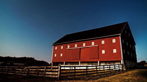 牧场红木屋风景