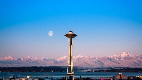 太空针塔月亮风景