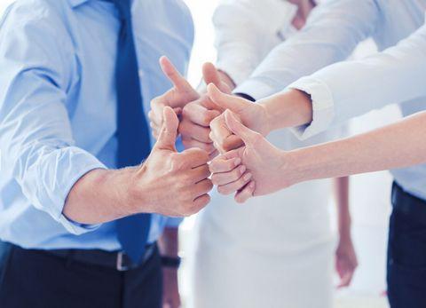 竖大拇指的团队图片