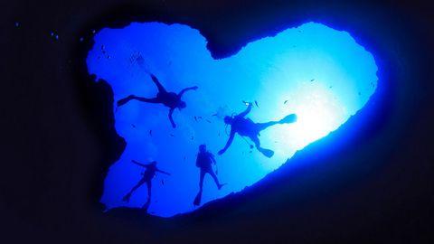 蓝色爱心人物背景