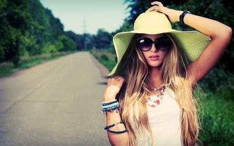 戴帽子墨镜的女士