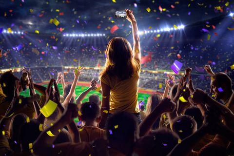 看足球比赛的女人摄影图片
