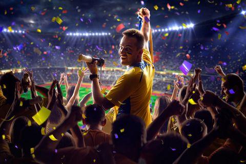 看足球比赛的人物摄影图片