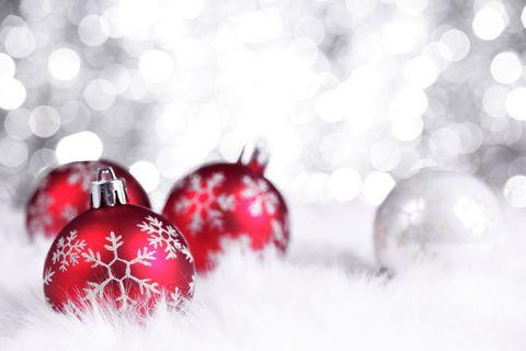 红色圣诞球高清摄影图片