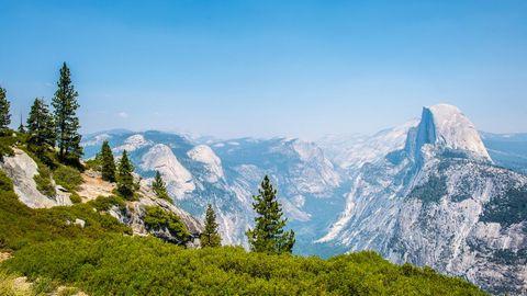 山顶广阔的山景