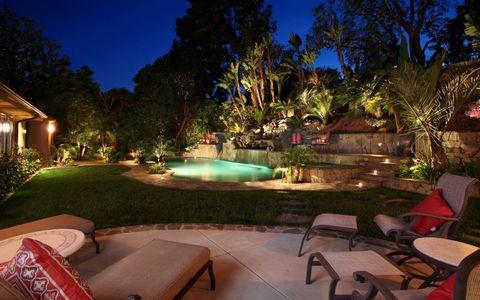 夜晚旅游景区树林与游泳池