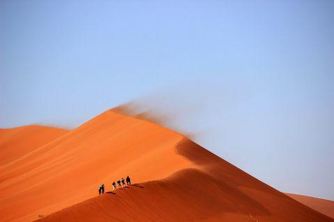 沙漠里的行人