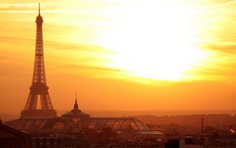 日落下的埃菲尔铁塔
