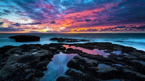 彩霞下的岩滩