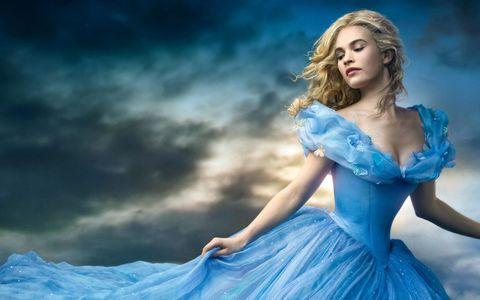 穿蓝色连衣裙的外国美女