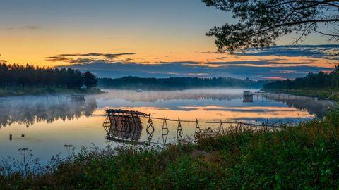 彩霞下的湖泊树林风景