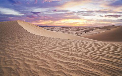 彩霞下的沙漠