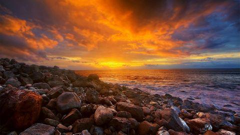 彩霞与大海石滩风景摄影