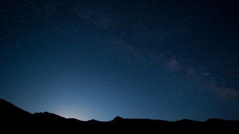 夜晚下的山峰风景壁纸