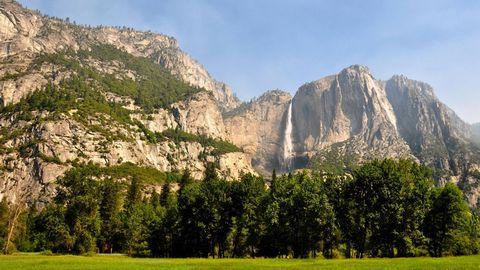 旅游区高山瀑布风景图