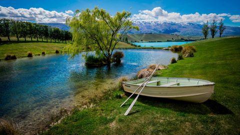 湖泊上的小船风景壁纸